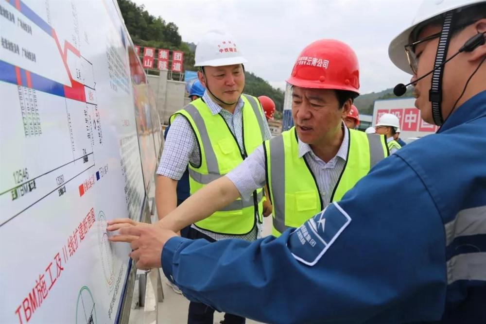 中国铁路昆明局党委书记、董事长周荣调研公司高黎贡山隧道建设